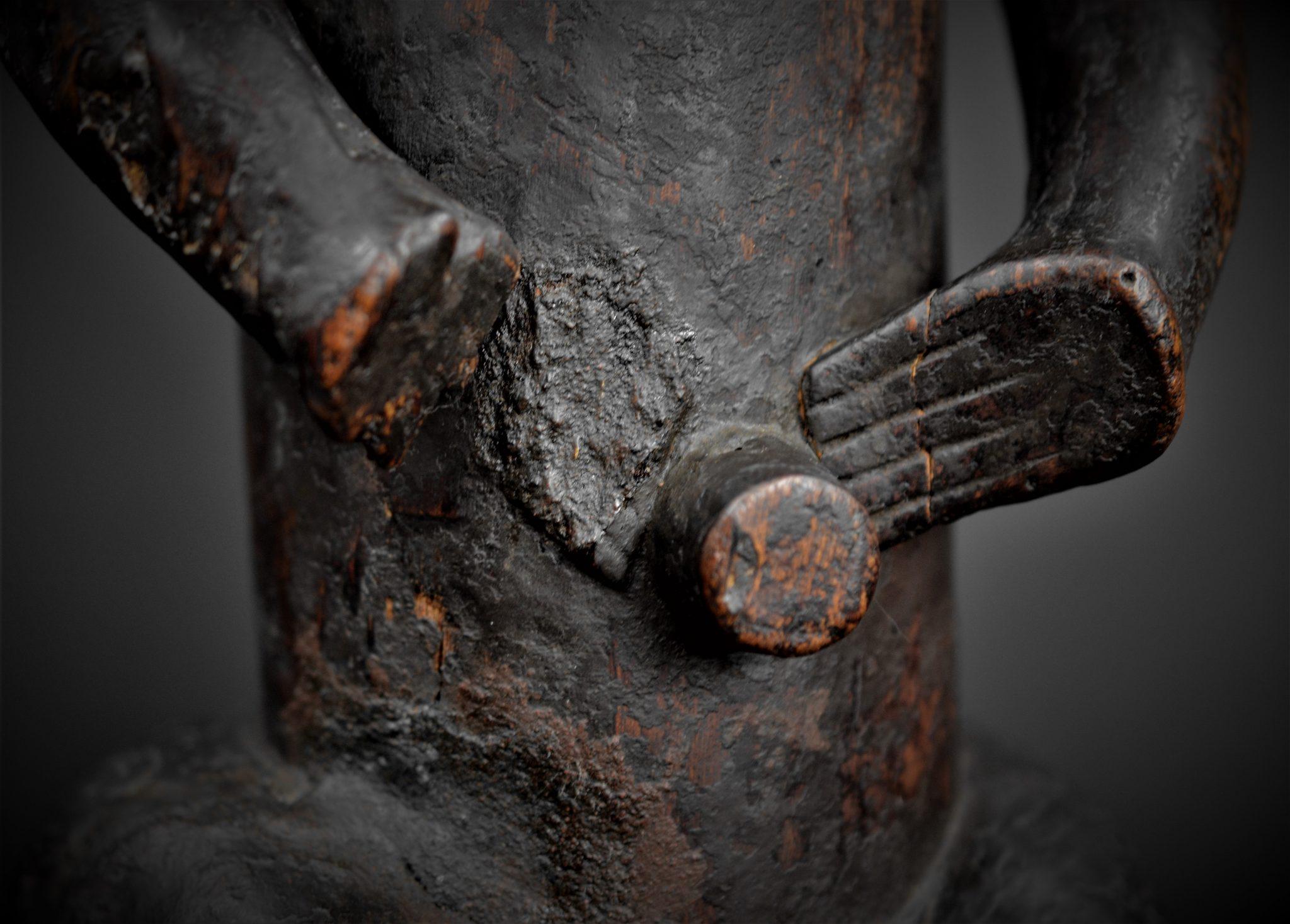 fang gardien reliquaire détail nombril
