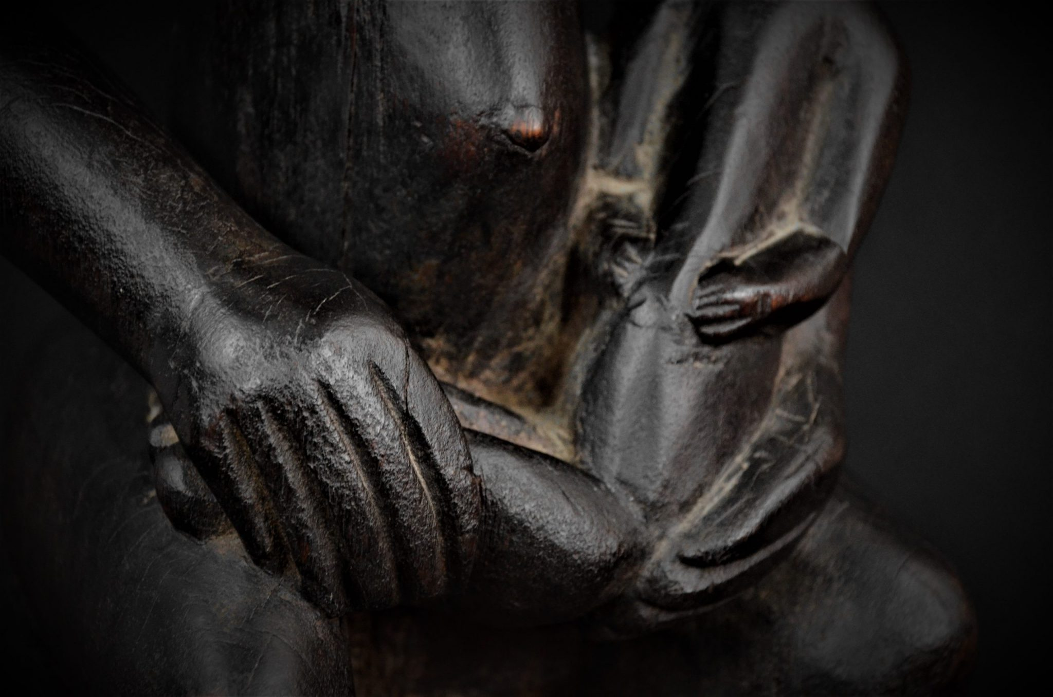 Statue Maternité Senoufo 1er plan main