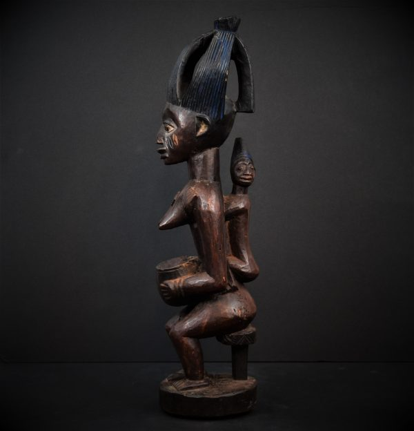 Statue Yoruba porteuse de coupe, Nigeria