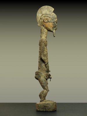 baule crouteux en pied trois profil droit
