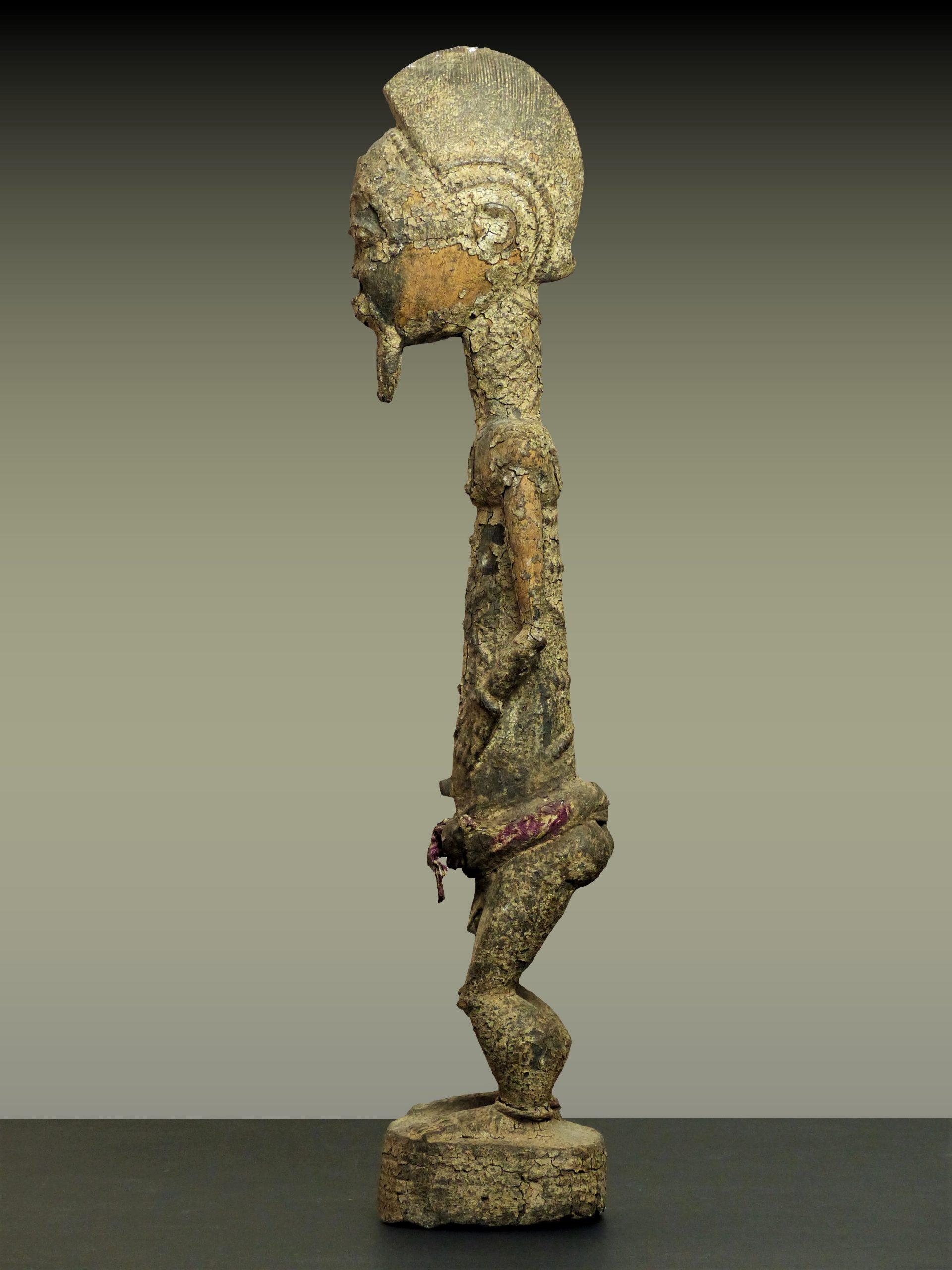 baule crouteux en pied trois profil gauche