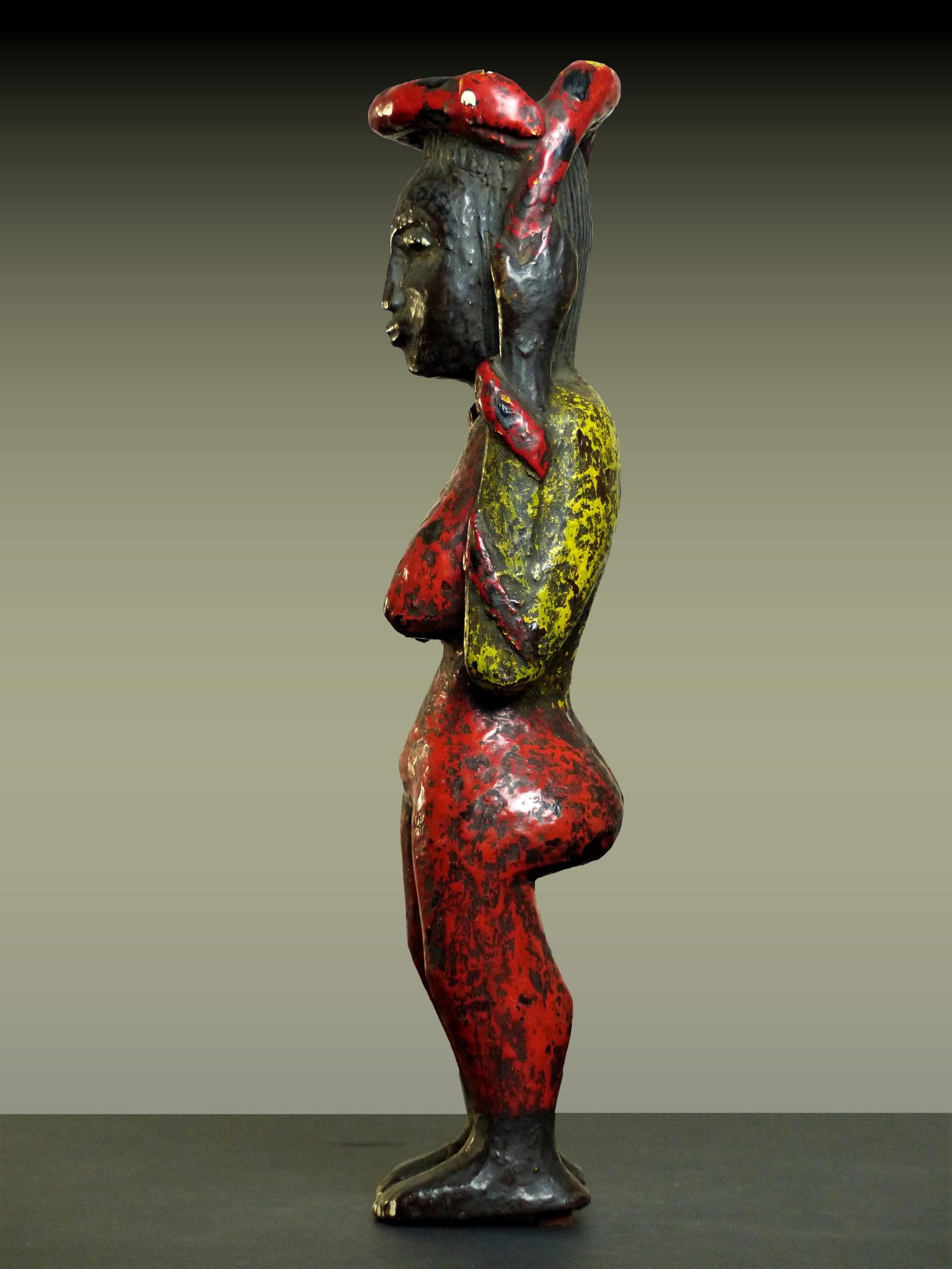 Mamiwata en pied profil gauche
